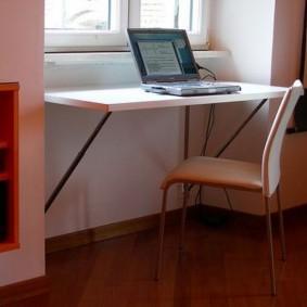 Table pliante devant la fenêtre de la pépinière