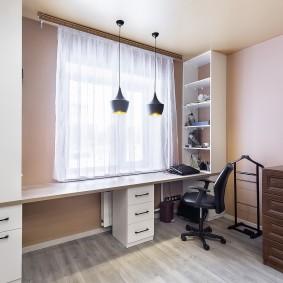 Lampes suspendues au-dessus du bureau