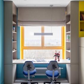 Cadres de fenêtre en bois dans une chambre d'enfant