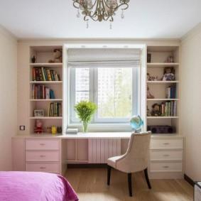 Couverture rose sur le lit de la pépinière
