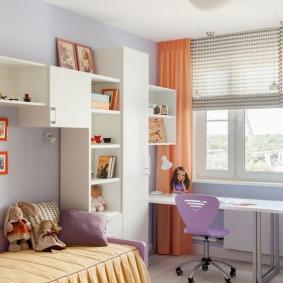 Rideau de carotte dans la chambre d'une fille
