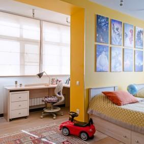 Mur jaune dans une chambre pour deux enfants