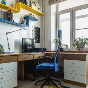 Étagères ouvertes au-dessus d'un bureau d'ordinateur