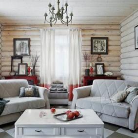 Hall dans une maison en rondins sur un chalet d'été