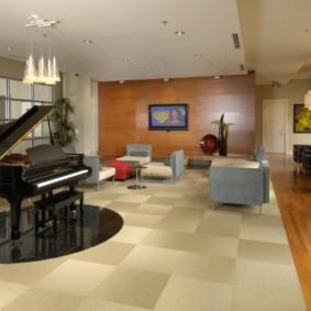 Piano noir dans le hall d'une maison de campagne