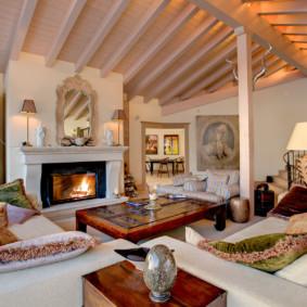 Poutres en bois au plafond du salon