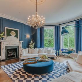Murs bleus dans une pièce avec de grandes fenêtres