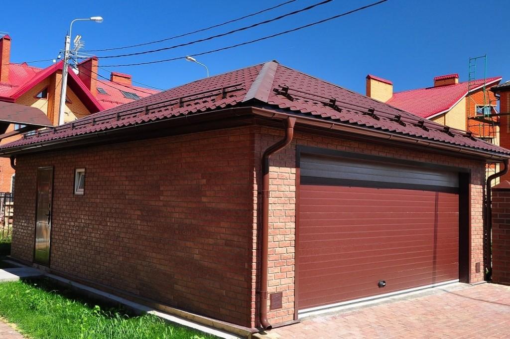 Tuile métallique sur le toit d'un garage dans une maison privée