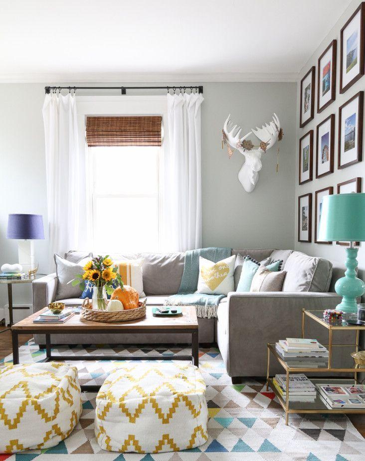 Tête de cerf artificiel sur un canapé dans le hall