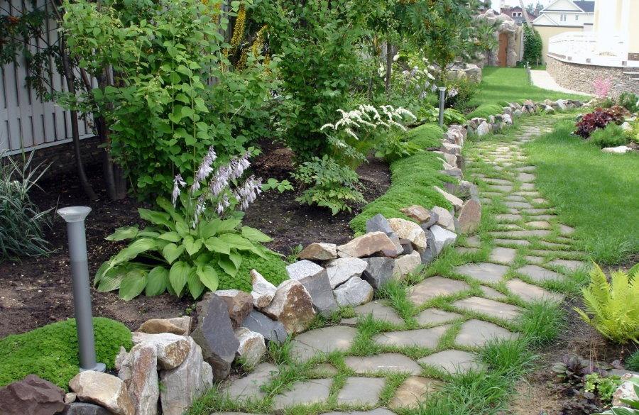 bordure de pierre le long du chemin du jardin