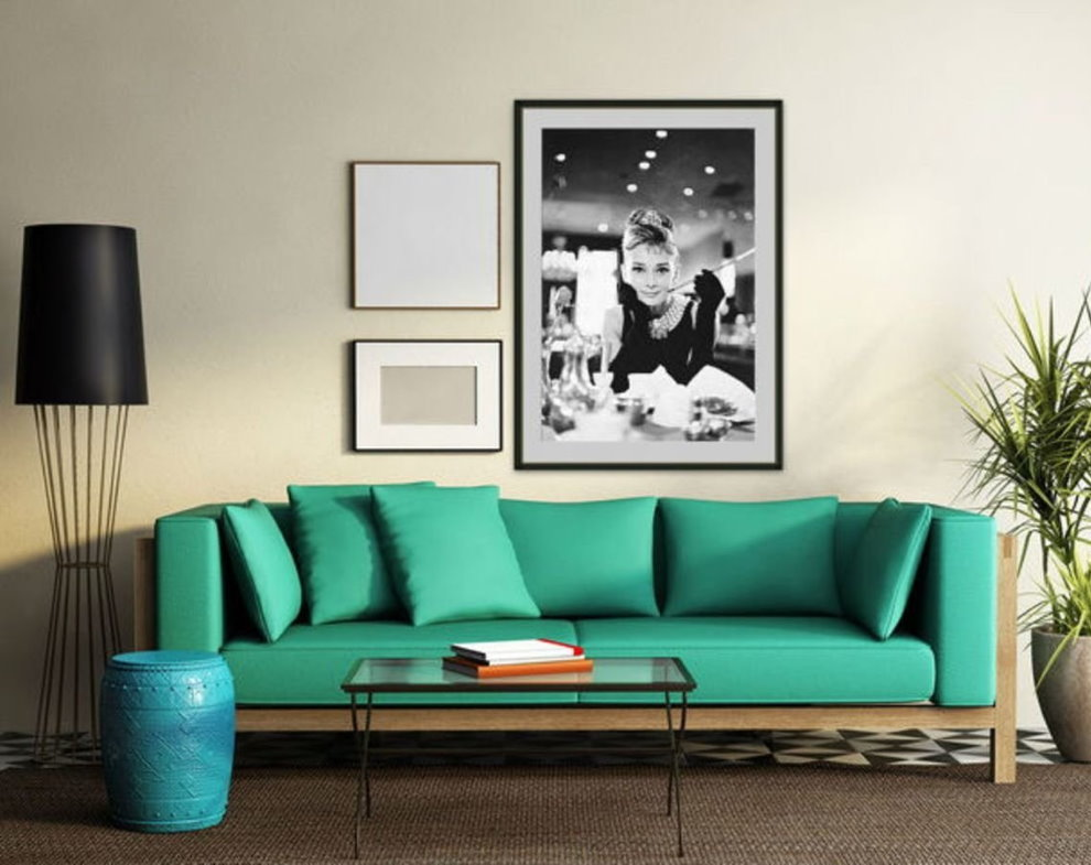 Photo d'une fille sur le mur au-dessus du canapé