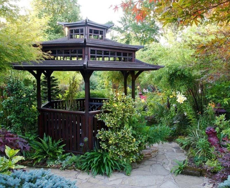 Gazebo chinois dans un jardin privé