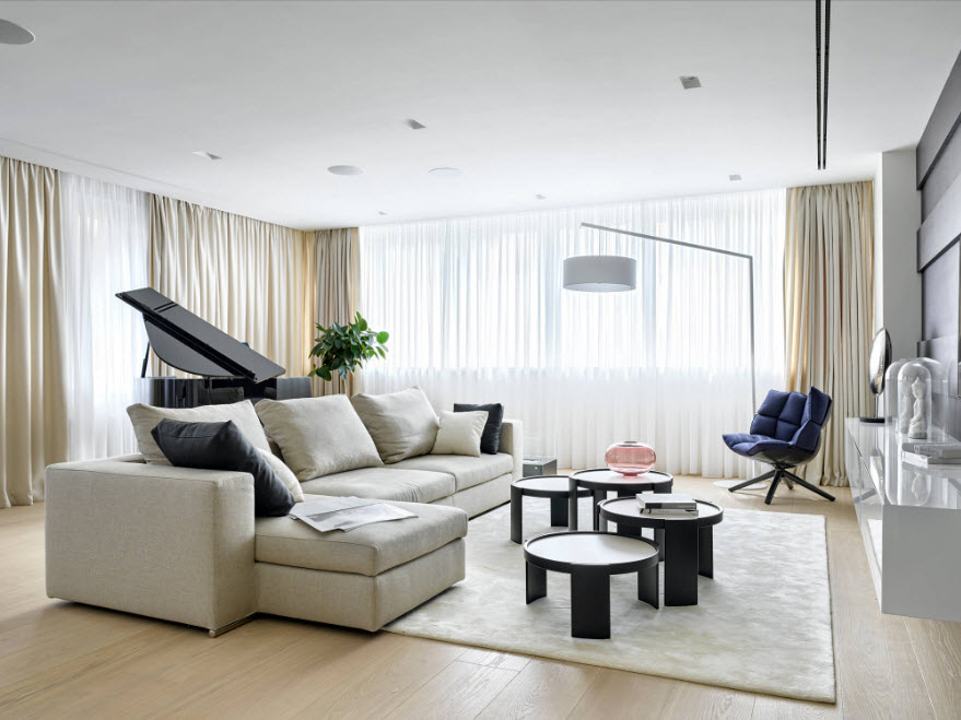 Sofa lớn trong hội trường với rèm cửa trung tính