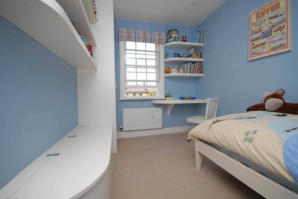 Murs bleus d'une chambre d'enfant