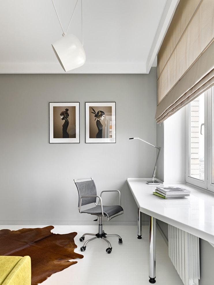 Une table confortable sur le rebord de la fenêtre dans une pièce lumineuse