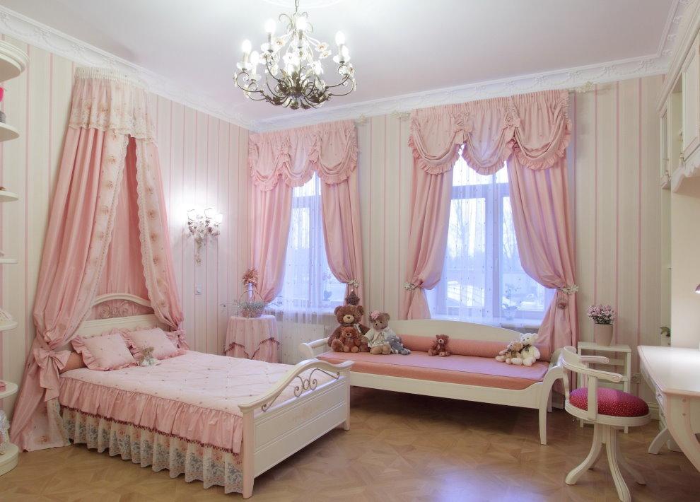 Rideaux roses en tissu pratique dans une pépinière spacieuse