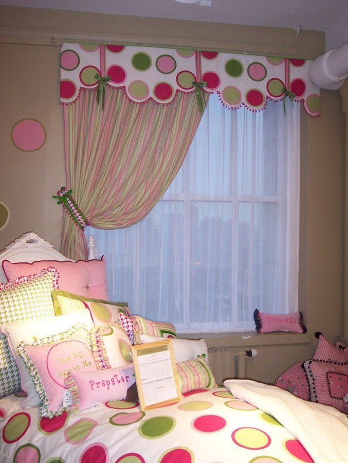 Fenêtre dans une pépinière pour une fille avec un lambrequin de construction rigide