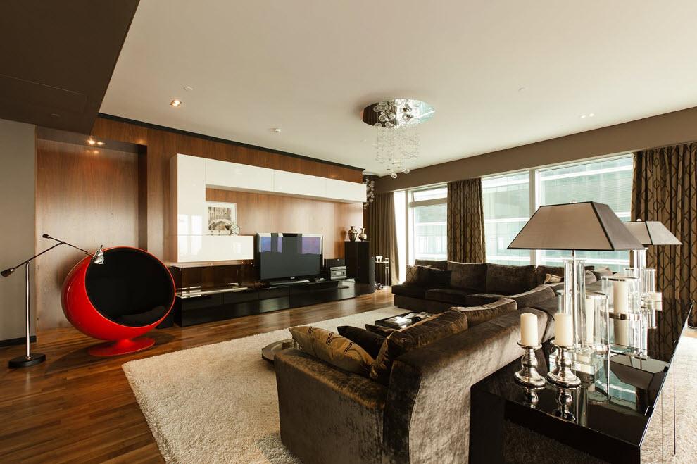 Ghế bành màu đỏ trong một căn phòng rộng rãi với trần phẳng