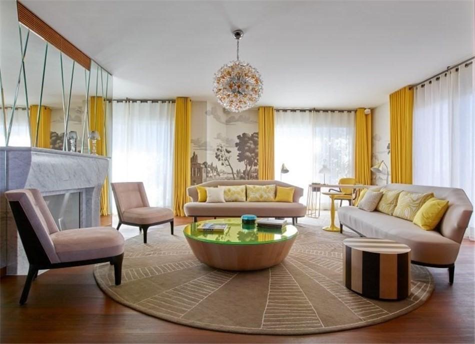 Sắp xếp vòng tròn của đồ nội thất trong hội trường với rèm cửa màu vàng