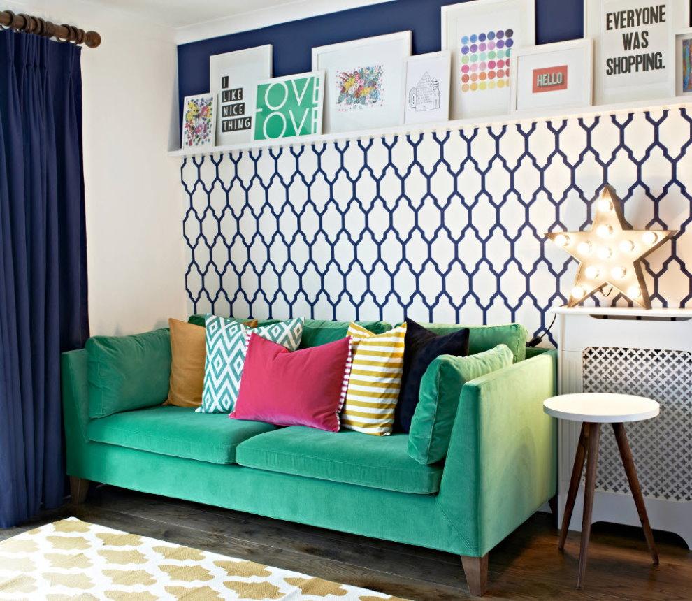 Papier peint avec un grand imprimé sur le mur derrière le canapé