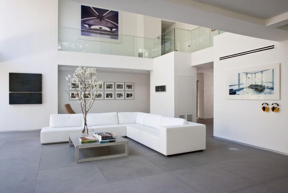 Grand canapé blanc dans une pièce de style minimaliste