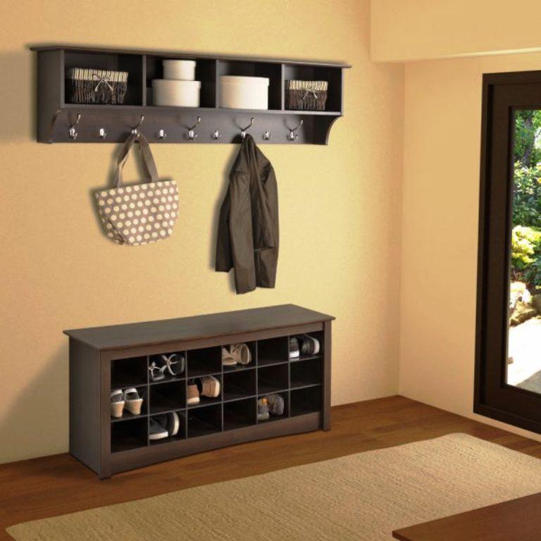 un cintre dans le couloir avec une étagère à chaussures