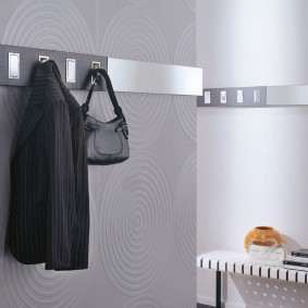 cintres muraux dans le couloir