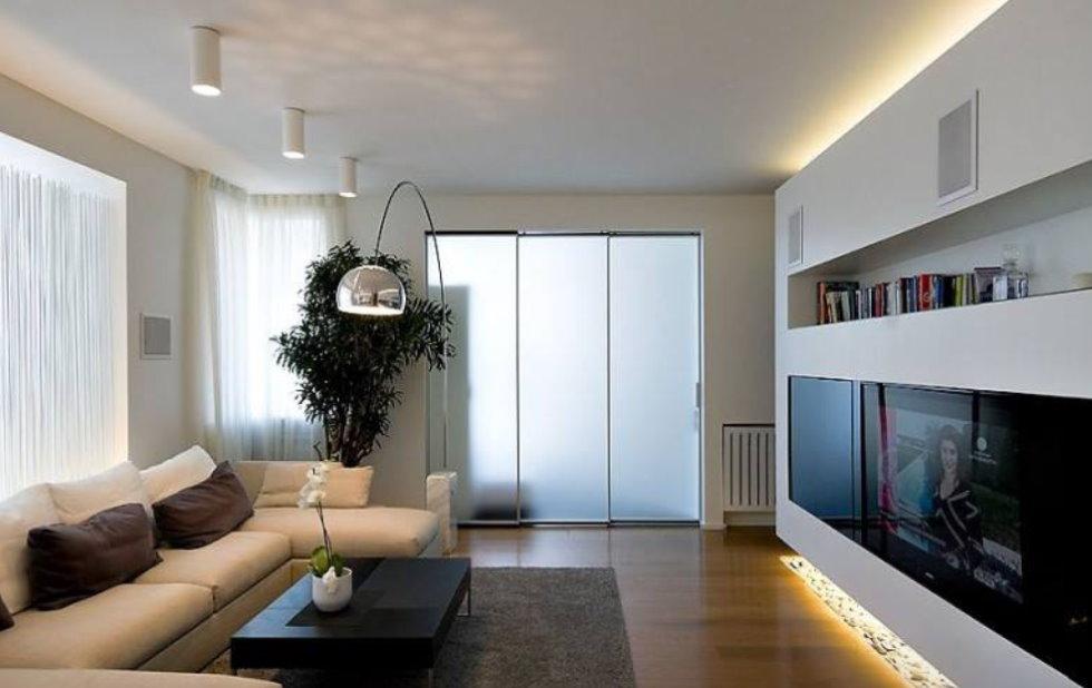 Éclairage de plafond bas dans un salon moderne