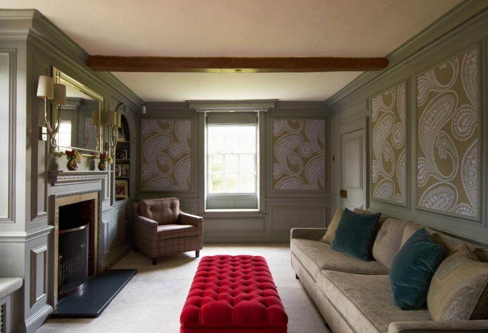 Une petite pièce avec un panneau de papiers peints en papier
