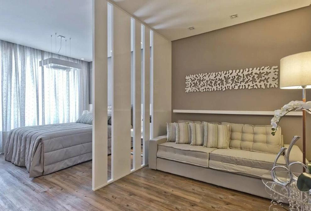 Vách ngăn trang trí màu trắng trong hội trường với một chiếc giường