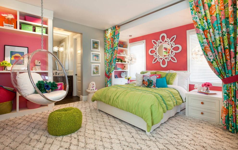 Rideaux colorés dans la chambre d'une fille