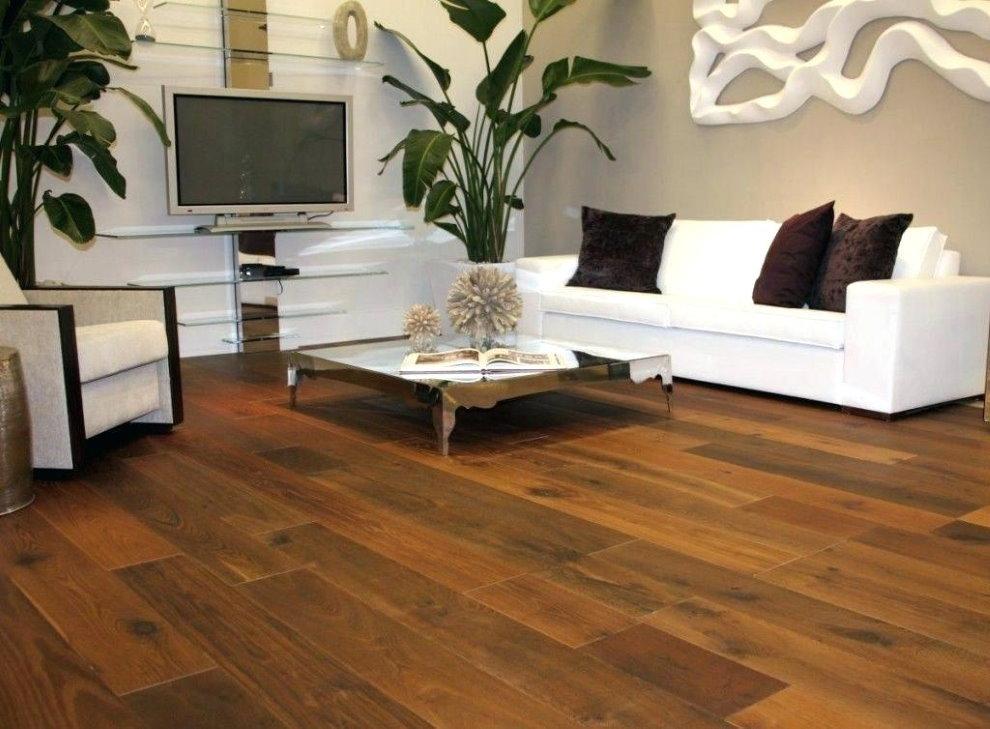Sàn gỗ với ghế sofa màu trắng