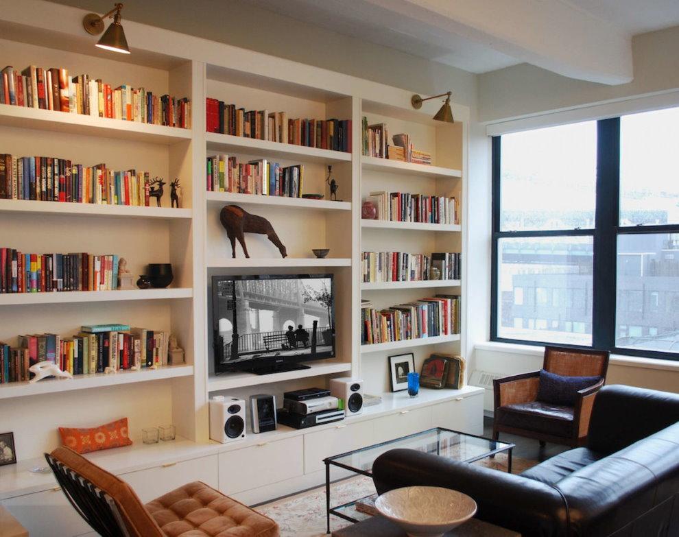 Sách trên kệ trong phòng khách