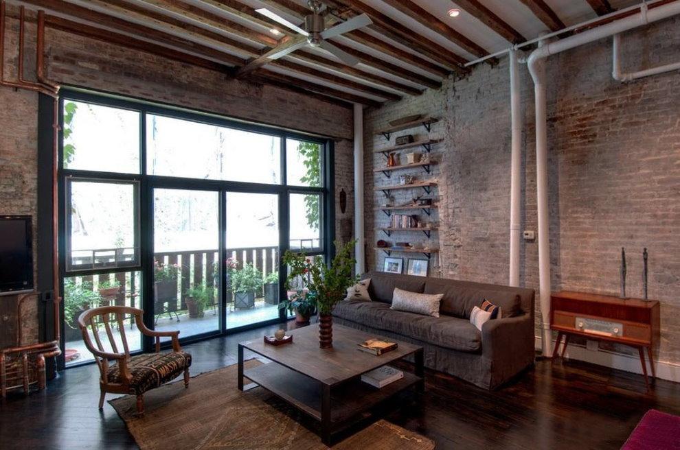 Fenêtre panoramique sur le salon loft