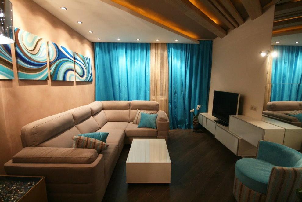 Canapé d'angle dans le salon avec rideaux bleus.