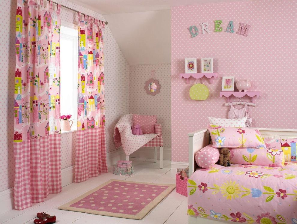 Papier peint rose dans la chambre des filles