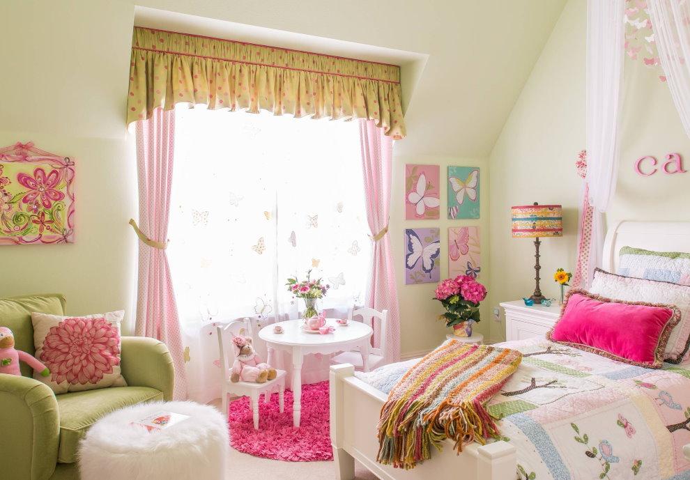 Rideaux roses sur la fenêtre de la chambre pour la fille