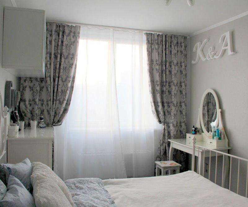 Chambre d'enfant avec rideaux gris
