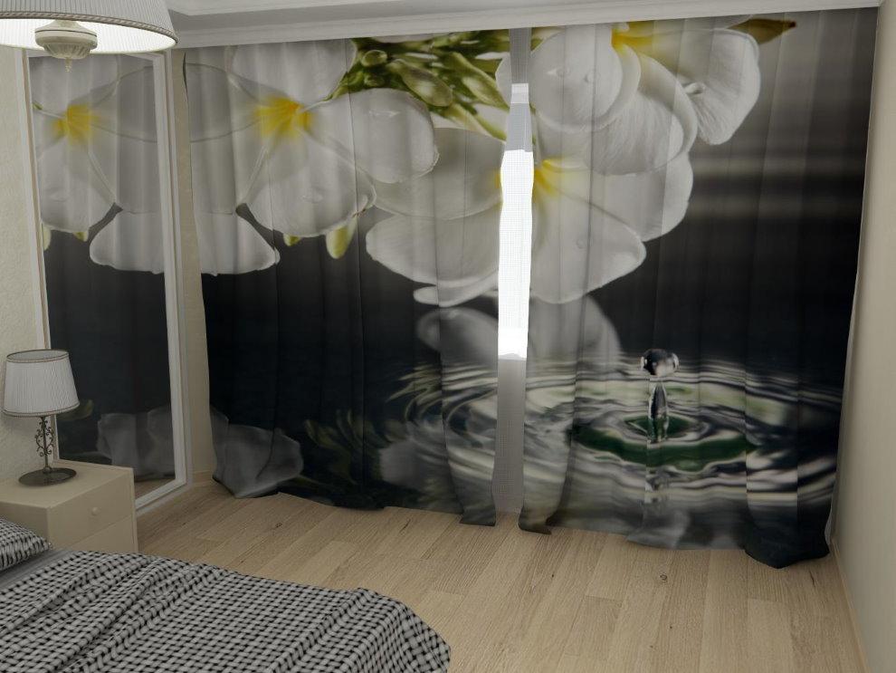 D'énormes fleurs sur les rideaux de la chambre de l'adolescent