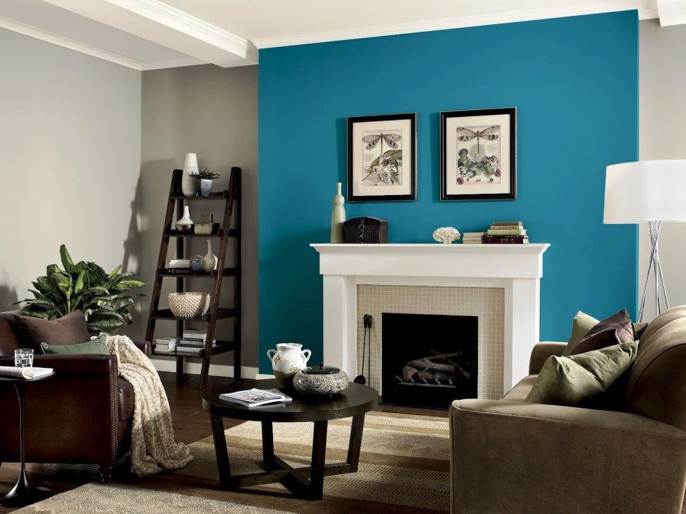 Peintures sur un mur bleu dans le salon