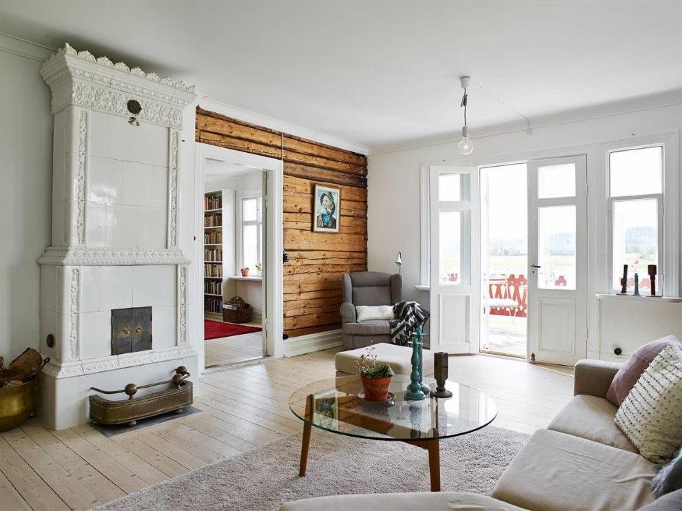 Hall lumineux de style scandinave avec accès à la cour