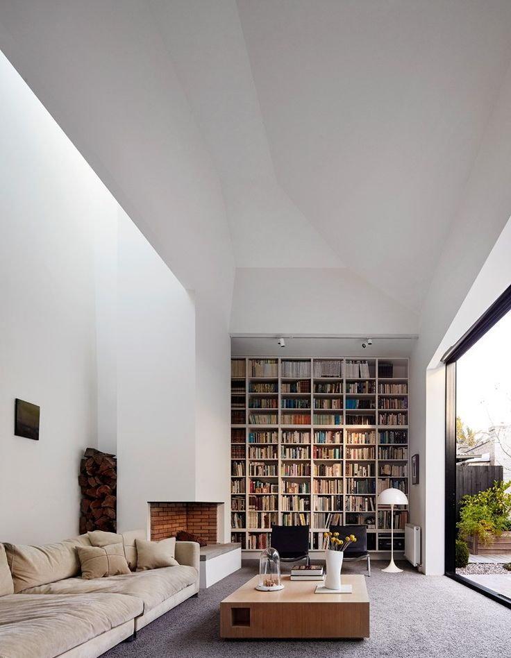 Stockage de livres sur une étagère dans un salon
