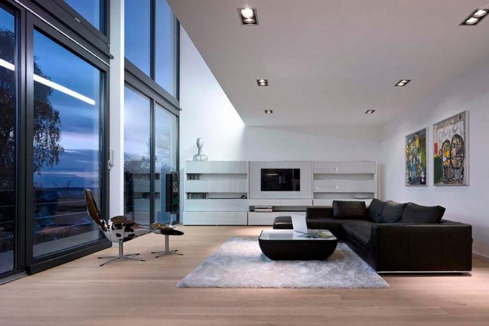 Fenêtres panoramiques dans le hall d'une maison moderne