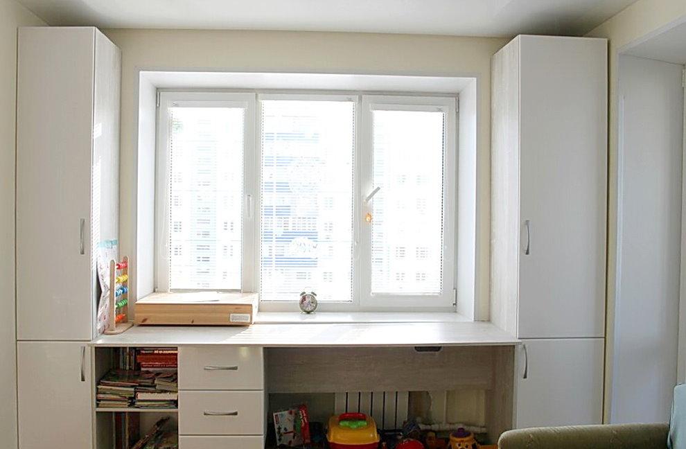 Aménagement du lieu de travail d'un étudiant devant une fenêtre dans un appartement