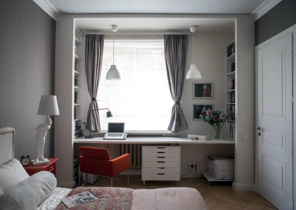 Courts rideaux gris au-dessus de la table près de la fenêtre de la chambre des enfants