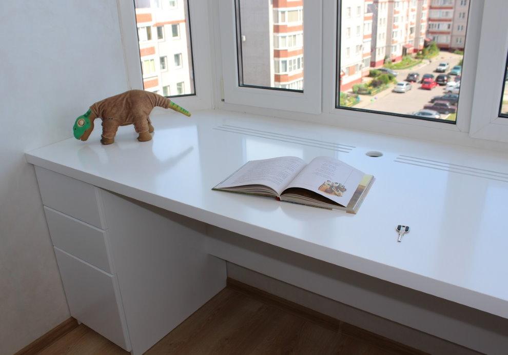Livre ouvert sur une table de rebord de fenêtre