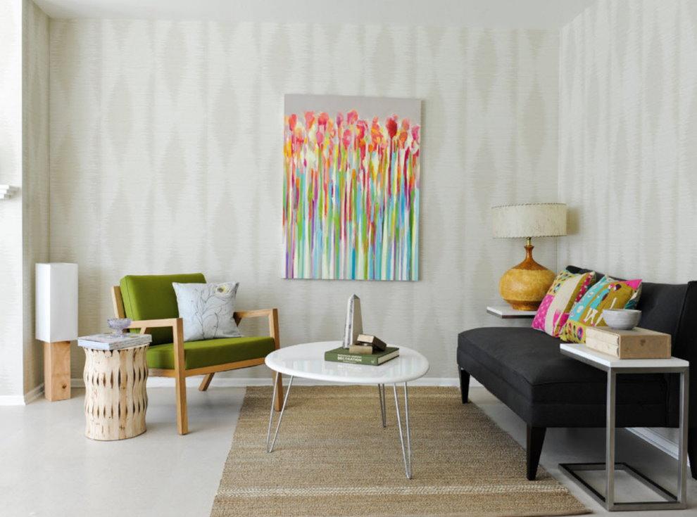 Petit salon avec papier peint de couleur claire