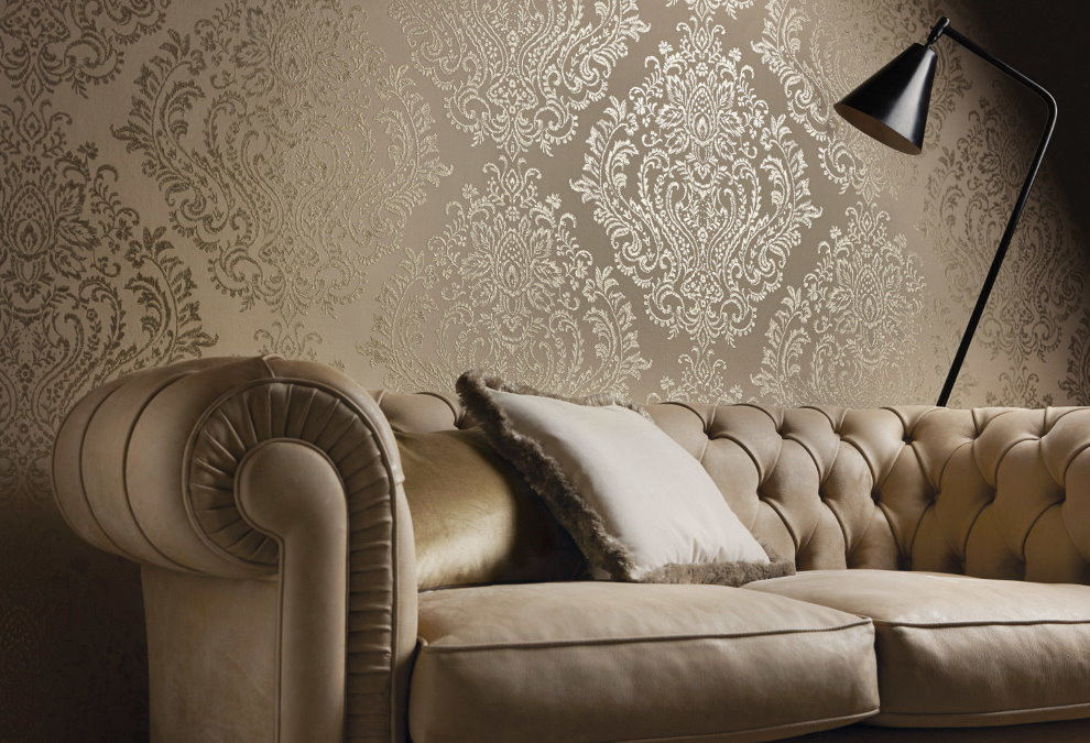 Canapé classique près du mur avec papier peint en tissu