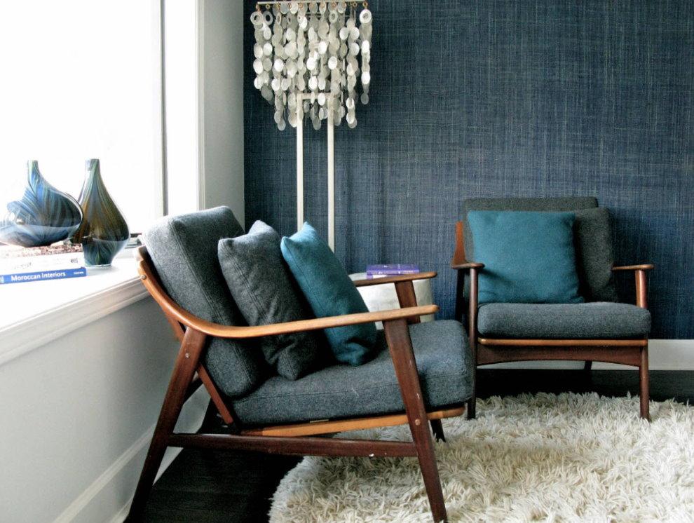 Papier peint textile bleu foncé dans la chambre de style rétro