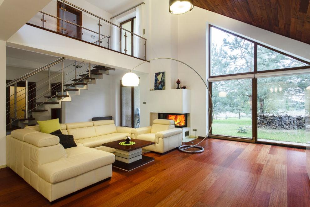 Hall spacieux dans une maison moderne à deux étages